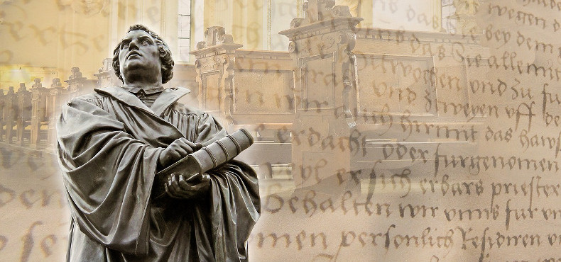 statue of martin luther with court house background
